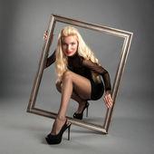 在黑暗的背景上古色古香的图片框架内年轻漂亮的女人 — 图库照片