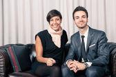 Para biznesmen i kobieta relaksujący na kanapie w lobby hotelowym — Zdjęcie stockowe