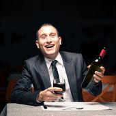 Homem de negócios jovem feliz bêbado com vinho tinto — Fotografia Stock