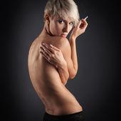 Retrato de beleza jovem mulher sensual com cigarro contra o fundo escuro — Fotografia Stock