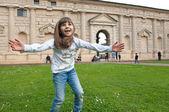 少女が屋外にジャンプ — ストック写真