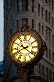 NEW YORK - JUNE 28: Sidewalk clock at 200 Fifth Avenue (1909) with Flatiron building facade — Stock Photo