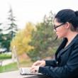 户外使用平板电脑的年轻商业女人 — 图库照片