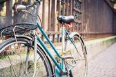 Dettaglio di biciclette d'epoca appoggiata contro una recinzione. — Foto Stock
