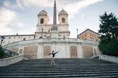 Joven hermosa bailarina bailando en la plaza de españa en roma, italia. proyecto de bailarina. — Foto de Stock