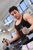 Mladý muž, trénink v tělocvičně. — Stock fotografie