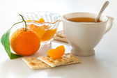 Cup of tea and tangerine — Stockfoto