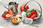 新鲜的草莓、 苹果、 绿茶蛋糕 — 图库照片