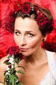 Bir çiçek tutan kadın — Stok fotoğraf