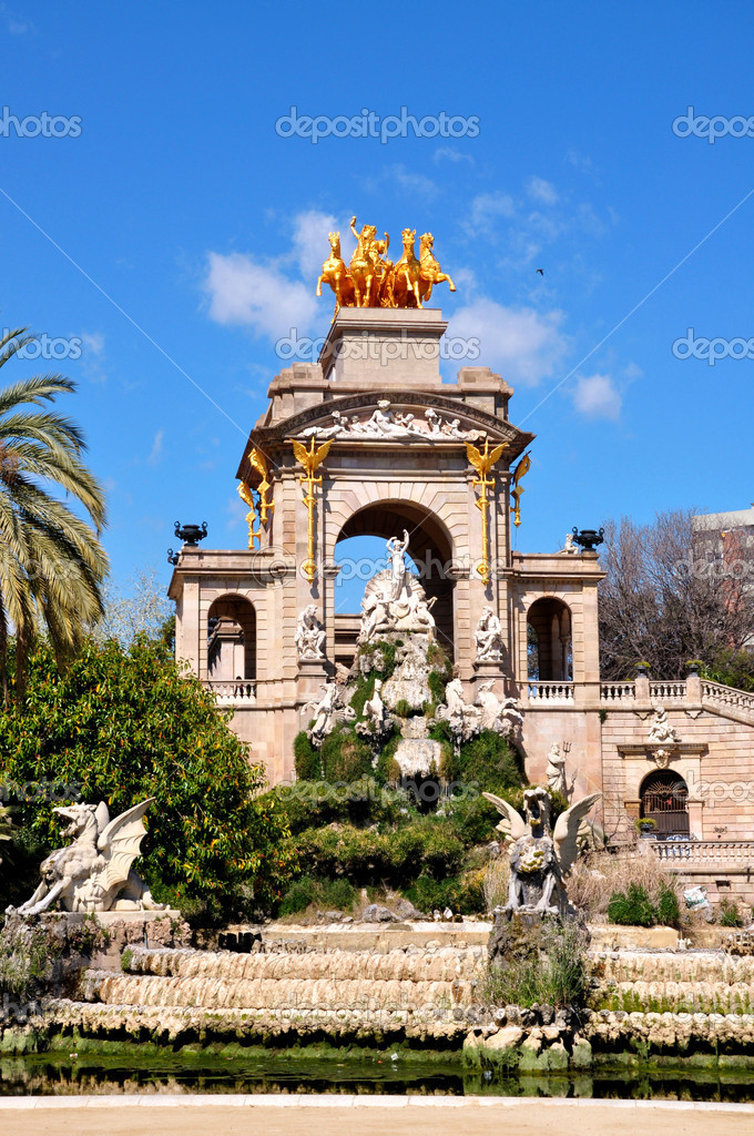 Barcelona ciudadela park lake fountain with golden quadriga of Aurora, Spain — Stock Photo #14088956