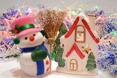 Boże Narodzenie bałwan i domek — Zdjęcie stockowe