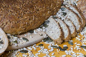 Färska, stora runda fullkornsbröd - solrosfrön och spannmål — Stockfoto