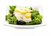 Fisk, svarta oliver, sallad och potatis — Stockfoto