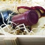 butelkę starego czerwonego wina w drewniane pudełko — Zdjęcie stockowe