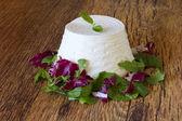 Taze fesleğen yaprağı üzerinde ahşap masa ricotta — Stok fotoğraf