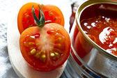 Conservas de tomate e tomate fresco — Foto Stock