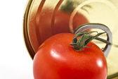 铝锡罐和番茄 — 图库照片