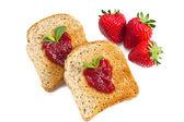 Süße erdbeeren marmelade auf toast hautnah — Stockfoto