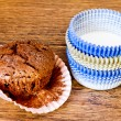 Paper molds and muffins on wooden table — Stock Photo
