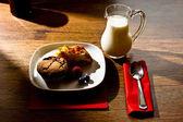 自制松饼和苹果派在清晨的光 — 图库照片