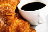 śniadanie z filiżankę czarnej kawy, rogaliki — Zdjęcie stockowe