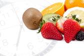 Kahvaltı saati ile karışık meyve — Stok fotoğraf