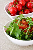 Bowl of fresh green, natural arugula and cherry tomatoes — Stock Photo