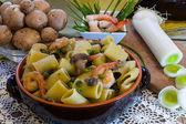 Ceramic clay pot with Shrimp and Mushroom Pasta — Stock Photo