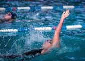 Woman swimming  backstroke race — Foto de Stock