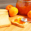 Apricot jam and apricots — Stock Photo
