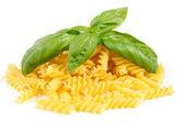 Куча макаронные изделия с базиликом — Стоковое фото