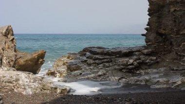Waves crashing on the rocks — Stock Video