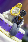 Bride and Groom cake toppers on a wedding cake decoration — Foto Stock