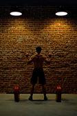 Crossfitter treinamento no ginásio com uma barra de eixo — Foto Stock