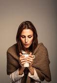 привлекательная женщина, пить горячий кофе — Стоковое фото
