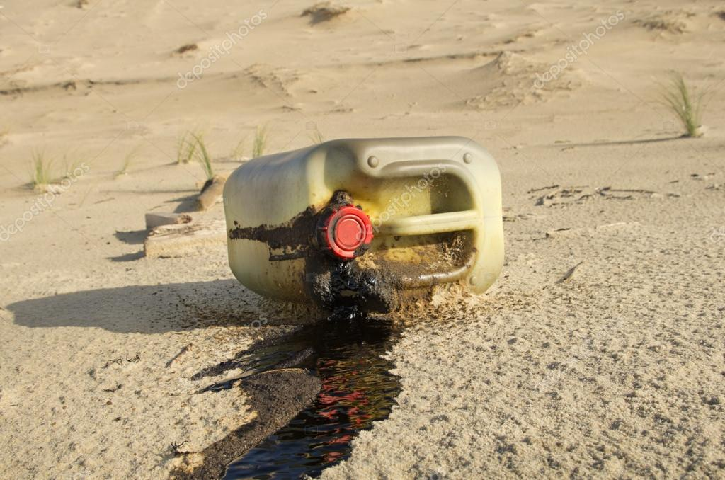 Spilled oil can on a beach — Foto Stock #18472973