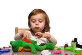 Chica jugando como médico con sus juguetes 1 — Foto de Stock