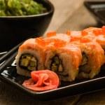 sushi och chuka sjögräs sallad med sojasås på träbord — Stockfoto #28347899