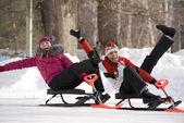 Dos chicas jóvenes divirtiéndose en el parque invernal — Foto de Stock