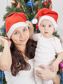 Mom and kid at Christmas tree. — Photo