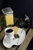 中国のフォンデュ セット、カメラと木製のテーブル上のオレンジ色のスライス — ストック写真