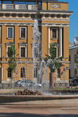 A fountain on the background of the building. — Stock Photo