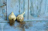 Organic garlic on rustic blue shelf — Stock Photo