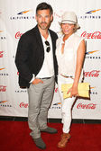 Eddie Cibrian (L) and his wife — Stockfoto