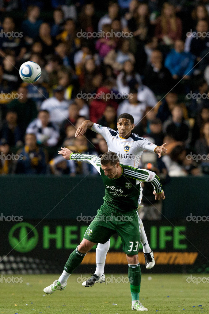 CARSON, CA. - April 23. Los Angeles Galaxy defender Sean Franklin N5 gets over Portland Timbers forward Kenny Cooper N33 in anticipation of header during the Major L — Стоковая фотография #14180165