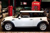 Mini cooper em exposição no salão do automóvel — Foto Stock