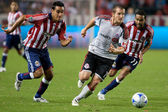 Chad Barrett dribbling away from Maykel Galindo & Jesus Padilla during the match — Stockfoto