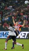 Emmanuel gomez i bojan stepanovic walki o piłkę podczas meczu — Zdjęcie stockowe