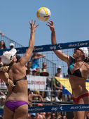 Jen Kessy and April Ross vs. Nicole Branagh and Elaine Youngs playing volleyball — Stock Photo