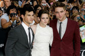 Robert Pattinson, Kristen Stewart & Taylor Lautner attend The Twilight Saga Eclipse Los Angeles premiere — Stock Photo